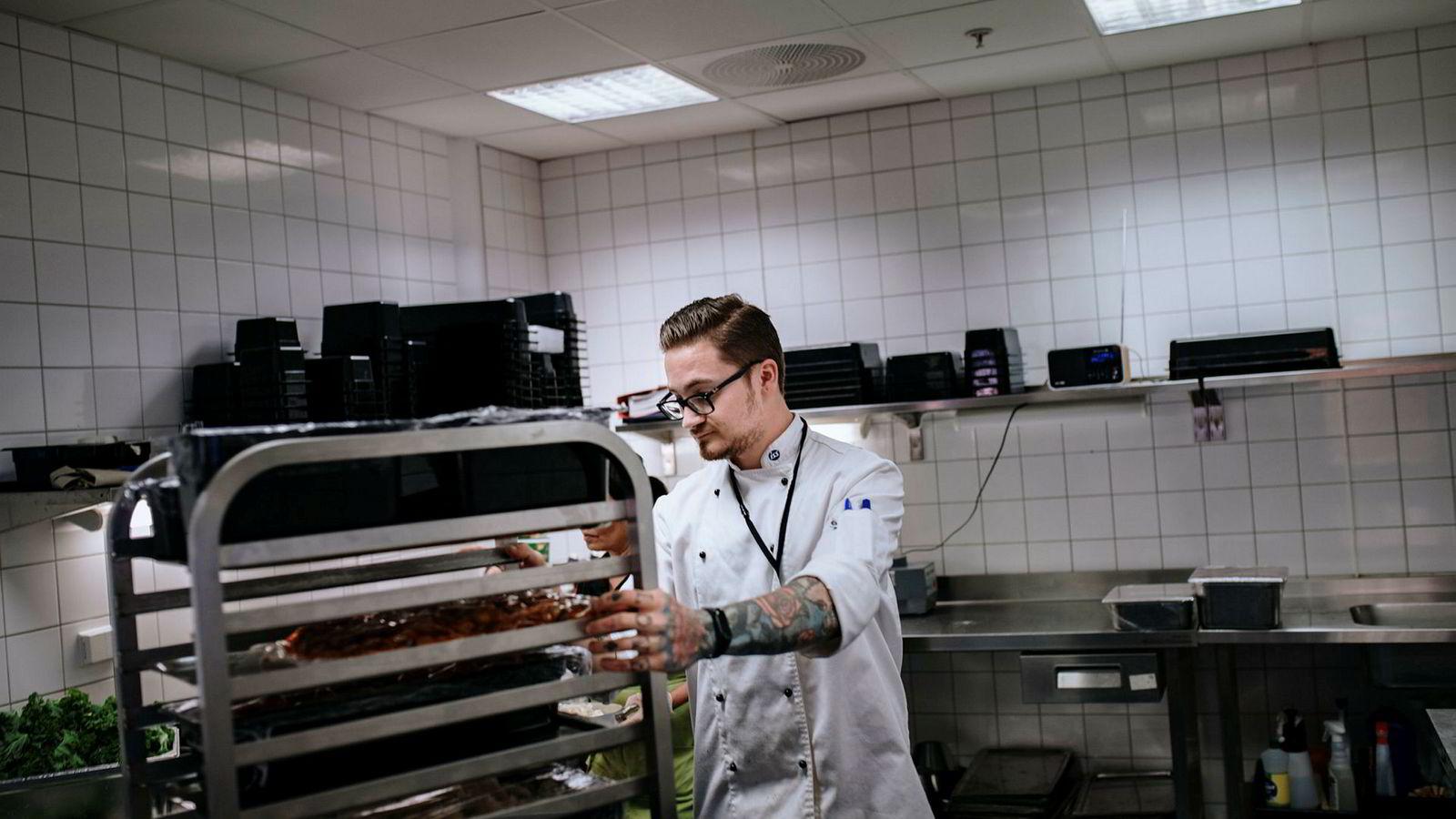 Skolemåltid er interessant for ISS. Her håndterer Jaras Grabovatsky bevertning i en ISS-kantine i Oslo sentrum. Hvis alle norske barn skal få skolemat, kan det bety mye jobb for private aktører.