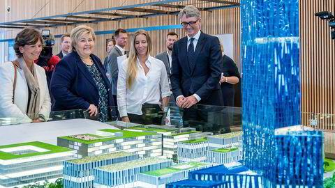 Aker-sjef Øyvind Eriksen fikk drahjelp av statsminister Erna Solberg da skyskraperen «Store blå» ble lansert i fjor høst. Nina Jensen i Rev Ocean og ordfører Lisbeth Hammer Krog i Bærum kommune (til venstre) var også til stede.