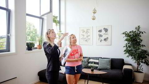 Boligkjøper Kristine Gudim (30) (til høyre), sammen med Eie eiendomsmegler, Kjersti N. Bråthen som ikke kan huske en måned med så høy aktivitet.
