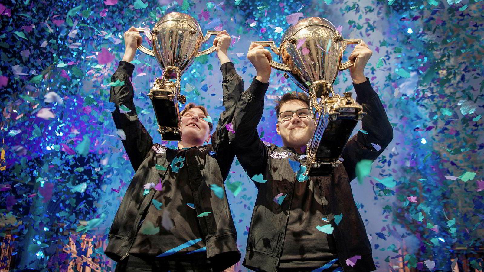 Norske Emil Bergquist Pedersen (til venstre) stakk av med 13 millioner kroner i Fortnite-VM i New York sammen med David Wang.