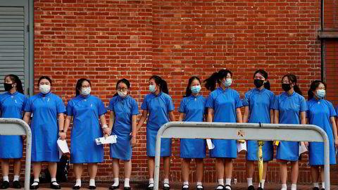 Nye demonstrasjoner i Hongkong mandag. Studenter formet en kjede utenfor St. Paul's Co-Educational College for å protestere mot den omstridte utleveringsloven makthaverne i byen vil vedta for å kunne sende straffedømte til Kina for soning.