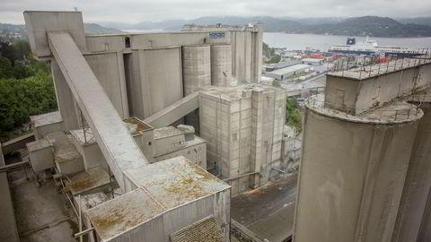 Gjennomfør karbonfangst- og lagringsprosjektet. Da kutter vi utslippene fra to store punktutslipp i Norge, Norcem Brevik (bildet) og Fortum Klemetsrud, til sammen 0,8 millioner tonn CO2 ,skriver artikkelforfatterne.