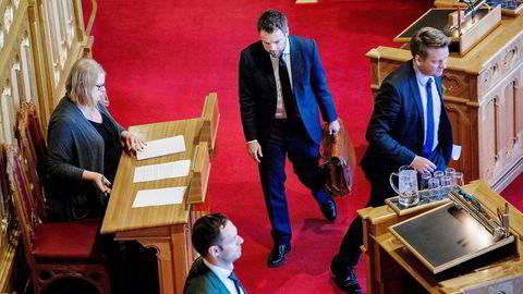 Stadig traskende med sin brune lektorveske går Torbjørn Røe Isaksen inn i sin tredje sesong som kunnskapsminister. Onsdag var det sesongstart på «Muntlig spørretime». Foto: Fredrik Bjerknes