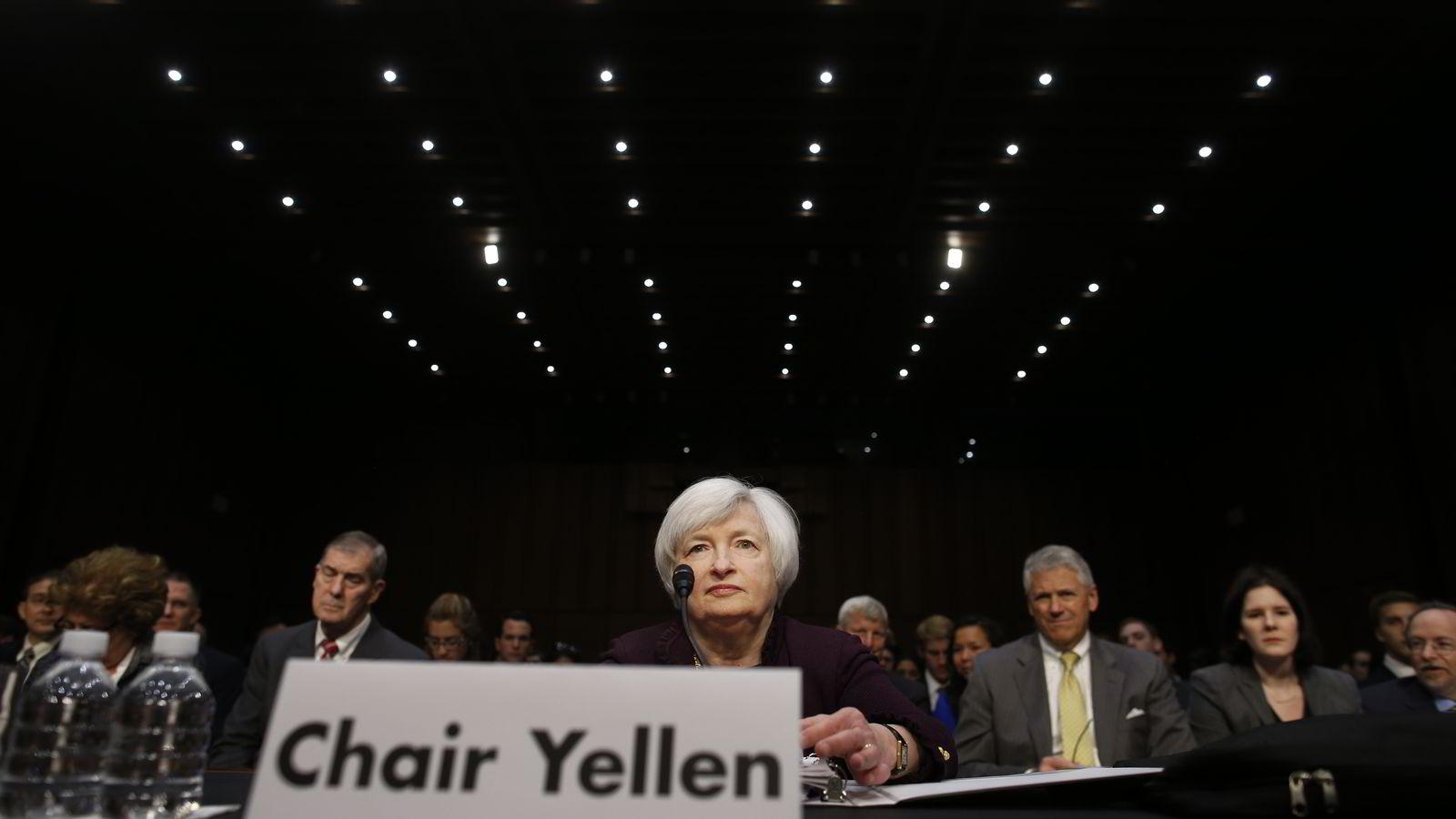 VENTER RENTEGUIDING. Mens Fed-sjef Janet Yellen ventes holde renten på morgendagens pressekonferanse, knyttes det spenning til hva som vil bli sagt om rentebanen. Her fra hennes orientering om utviklingen i amerikansk økonomi i kongressen i forrige måned. Foto: AP Photo/Charles Dharapak