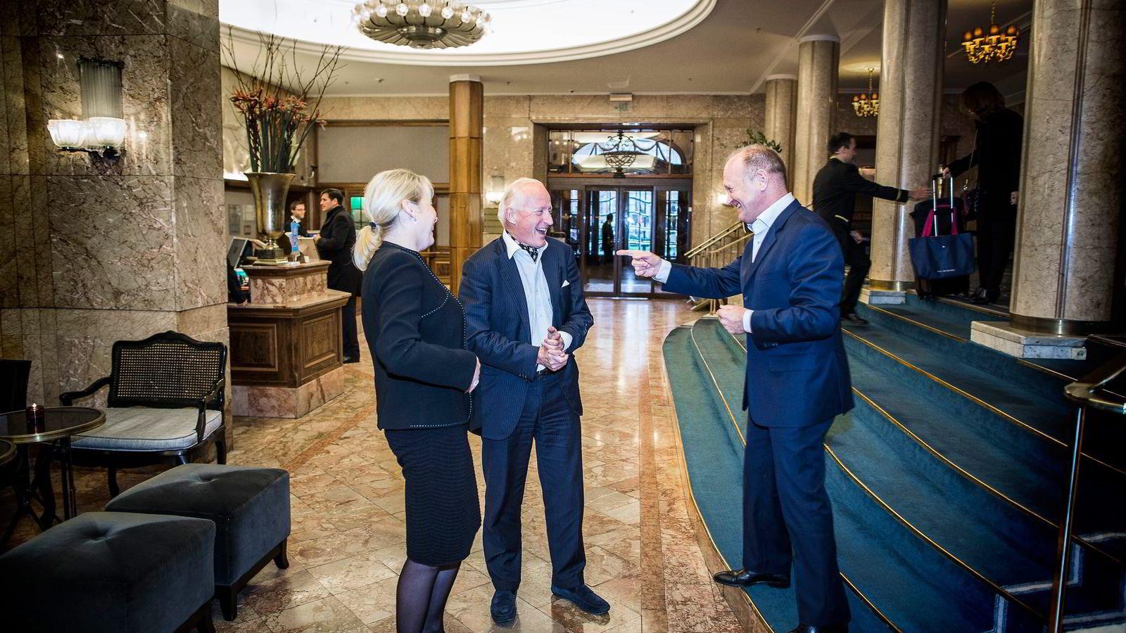Christian Ringnes (i midten) legger 150 millioner kroner på bordet til oppussingen av Grand. Anders Nissen i Pandox, et selskap Ringnes er storaksjonær i, overtar driften av hotellet. Fredrikke Næss er hotelldirektør.