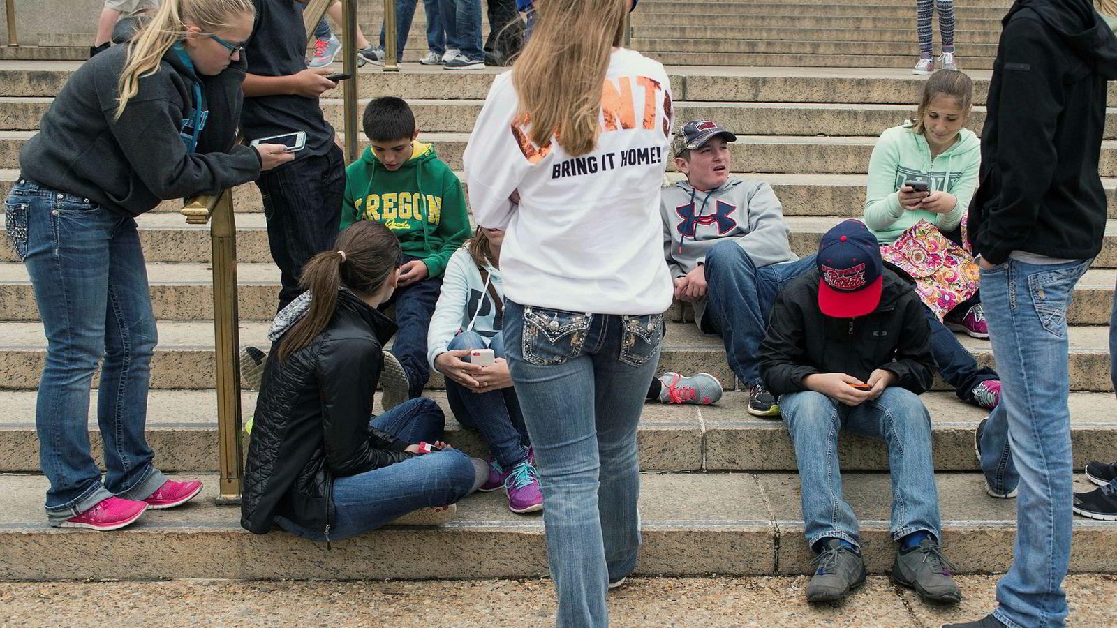Ungdata-undersøkelsene viser at tenåringer i løpet av det siste ti-året er mindre fysisk sammen med venner, de sitter mer alene hjemme og stadig flere gutter og jenter oppgir å ha følt på ensomhet.