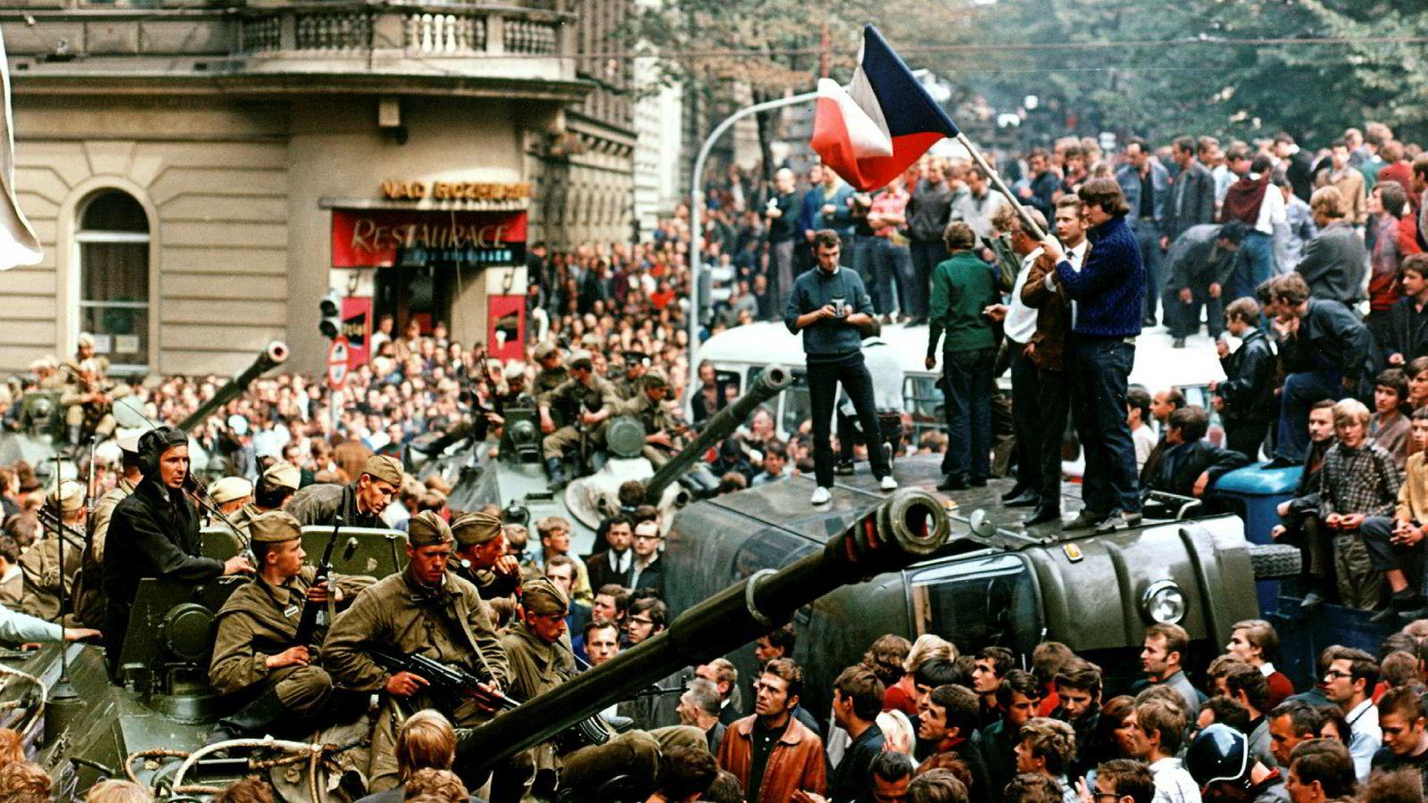 Sovjetiske soldater med tanks prøver å komme seg frem til Tsjekkoslovakia  Radio i gater fulle av folk som protesterer mot invasjonen, i august 1968.