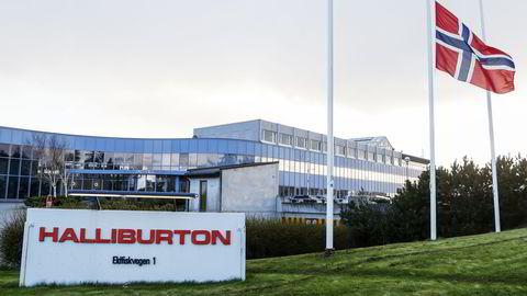 Flagger vaier på halv stang utenfor Halliburtons norske hovedkvarter på Tananger, Rogaland.                    Foto: Jan Kåre Ness /
