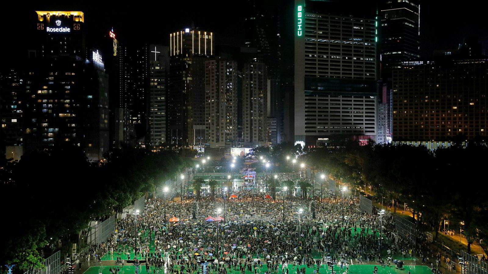 Demonstrasjon i Victoria Park i Hongkong søndag. Ifølge arrangøren var det 1,7 millioner mennesker på plass.
