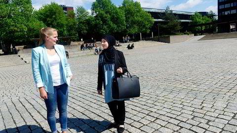 JOBBJAKT. Gitte Hovin (til venstre) ved Karrieresenteret på Universitetet i Oslo reagerer på at sjekkeselskapene benytter seg av andre referanser enn dem søkeren selv har oppgitt i søknaden. Bachelorstudent Duah Hussein er snart klar for arbeidsmarkedet. Foto: Elin Høyland