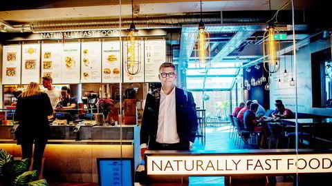 Umoe Restaurants er tungt inne hurtigmatsegmentet med kjeder som Peppes Pizza, Burger King og Starbucks, men kjeden satser nå også på sunn og bærekraftig mat gjennom den britiske kjeden Leon. Her besøker toppsjef Sverre Helno selskapets første Leon-restaurant, som åpnet på Oslo S i juni.