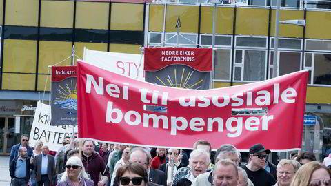 Bompengestriden preget 1. mai-markeringen i Drammen i år. Men hva er politisk korrekt nå – mer eller mindre bompenger?