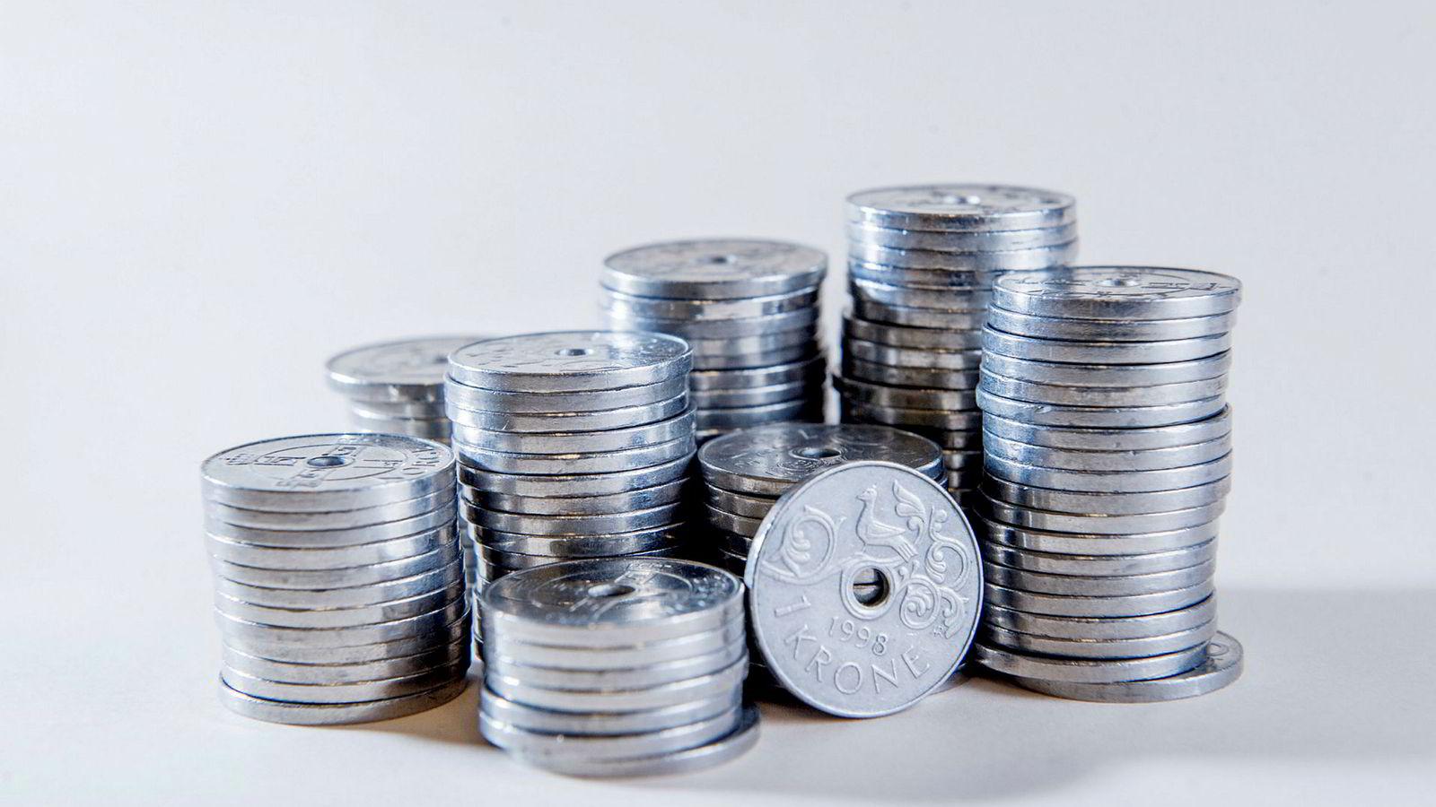 Kronen svekker seg betraktelig når Norges Bank legger til grunn lavere renter enn tidligere varslet i årene fremover.