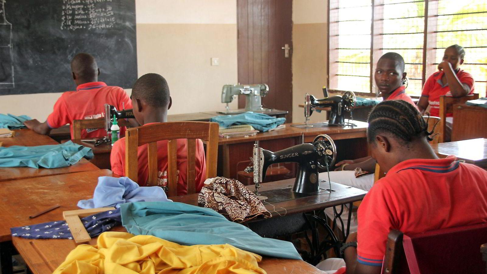 På Dogodogo-senteret i Banju i Tanzania får fattige ungdommer en toårig yrkesutdannelse som forbereder dem på arbeidslivet. Etter endt opplæring får elevene utstyr slik at de kan sette opp en egen business. Senteret støttes av Kirkens Nødhjelp.