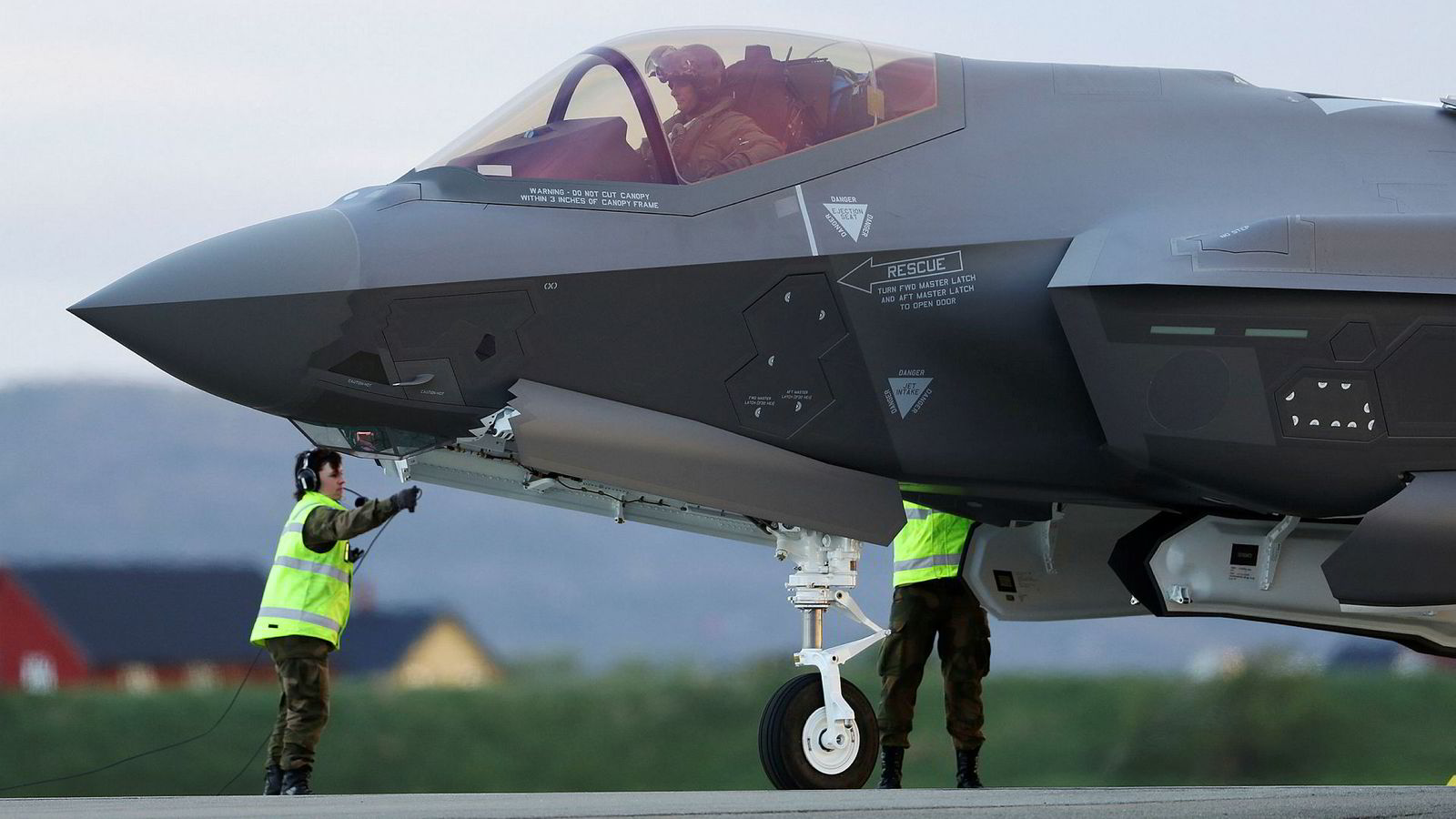 Stortinget vil ha svar på om de nye F-35 kampflyene blir dyrere enn ventet. Bildet er fra da de første kampflyene ankom Ørland flystasjon 22 mai 2018.