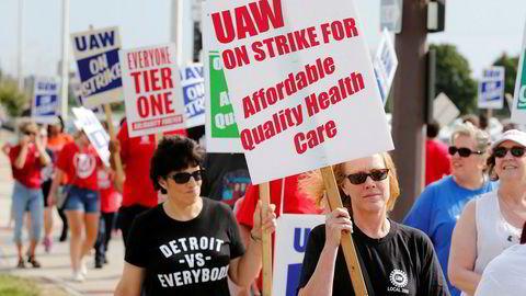 Streikende GM-ansatte i Michigan går i protesttog under the United Auto Workers (UAW) nasjonale streik.