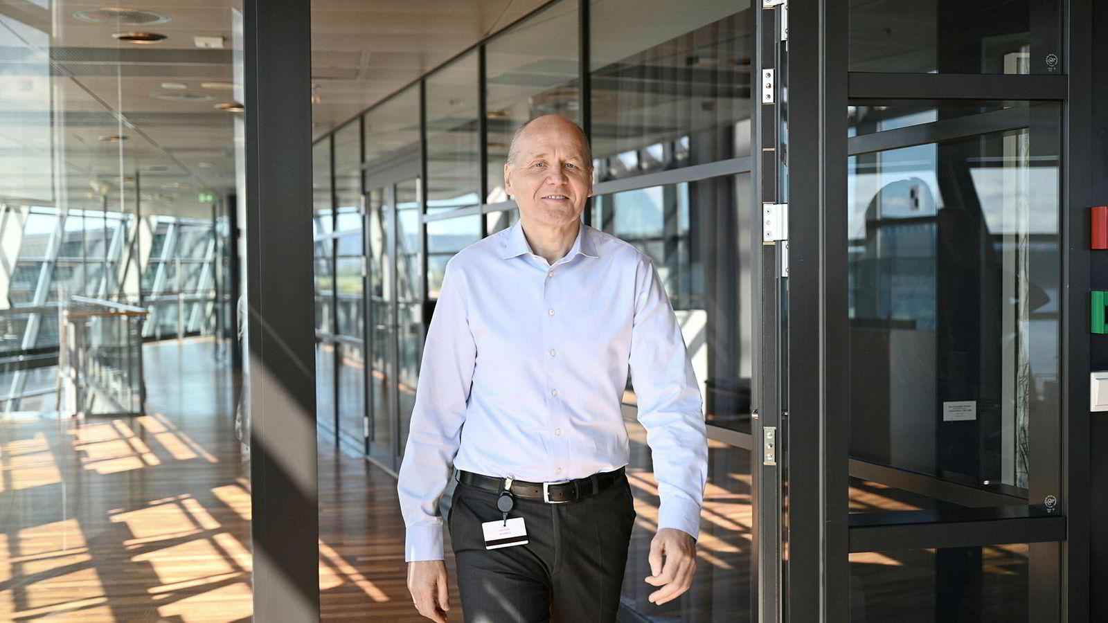 Konsernsjef Sigve Brekke i Telenor legger frem tall mens han jobber med en storfusjon i Asia