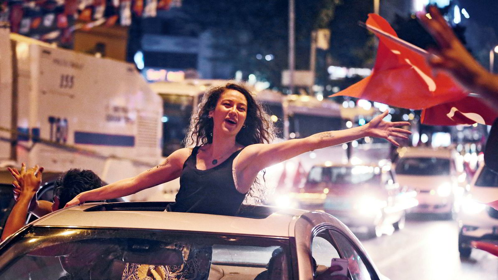 Tilhengerne jubler i gatene i Istanbul etter at opposisjonen ved den sekulære sentrumskandidaten Ekrem İmamoğlu vant ordførervalget.