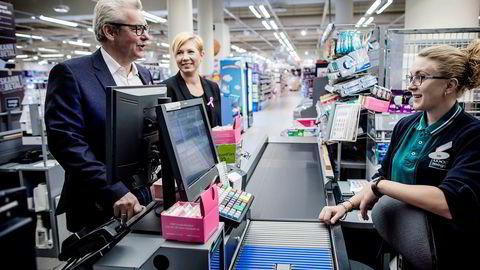 Introduksjonen av nye betalingstjenester i butikk er kraftig forsinket. Hans Petter Hoel forsvant nylig som toppsjef i selskapet Aera. Her er han sammen med markedsdirektør Tone Elise Steig og butikkansatt Oda Fjeld Glesne, på Coop Mega Sjølyst ved en tidligere anledning.