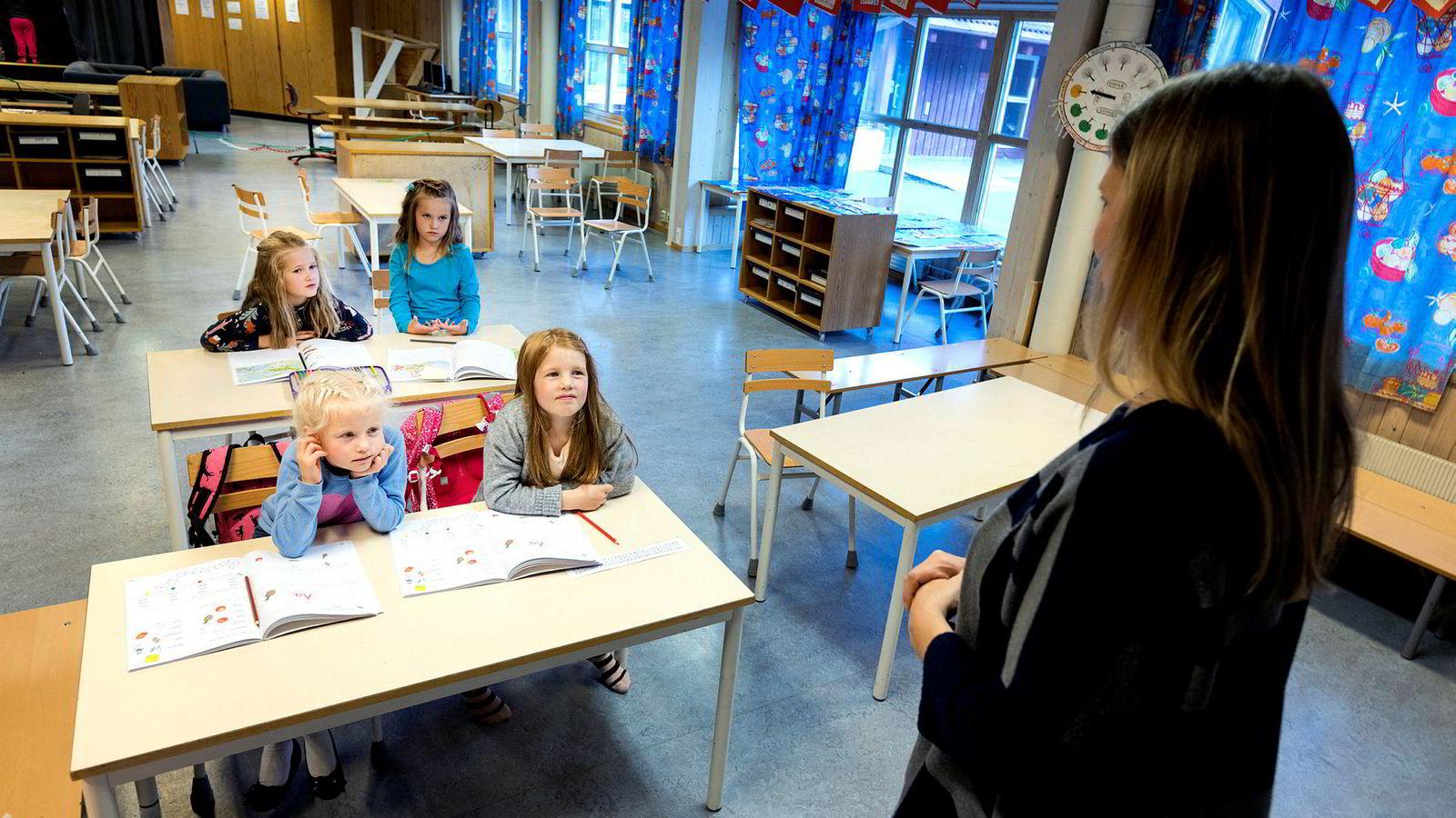 To av tre lærere uten tilstrekkelig pedagogisk utdannelse er ansatt i faste stillinger i grunnskolen, viser en rapport fra Statistisk sentralbyrå.