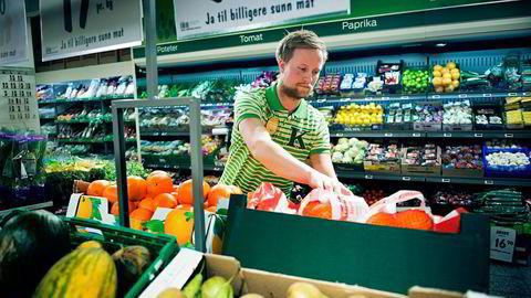 Kiwi har økt frukt- og grøntsalget med 40 prosent i årets første uke. Her ved butikksjef Anders Bostrøm i Kiwi Barcode. Foto: Per Ståle Buegjerde