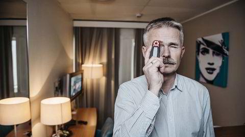 Slår alarm. Vidar Kristiansen, sjef for tekniske sikkerhetsundersøkelser i Nasjonal sikkerhetsmyndighet, advarer nordmenn mot en ny og lite kjent overvåkningsmetode: skjulte videokameraer på hotellrommet. Med en enkel detektor har han gjort kamerafunn på hotellrom i utlandet tre ganger de siste tre årene