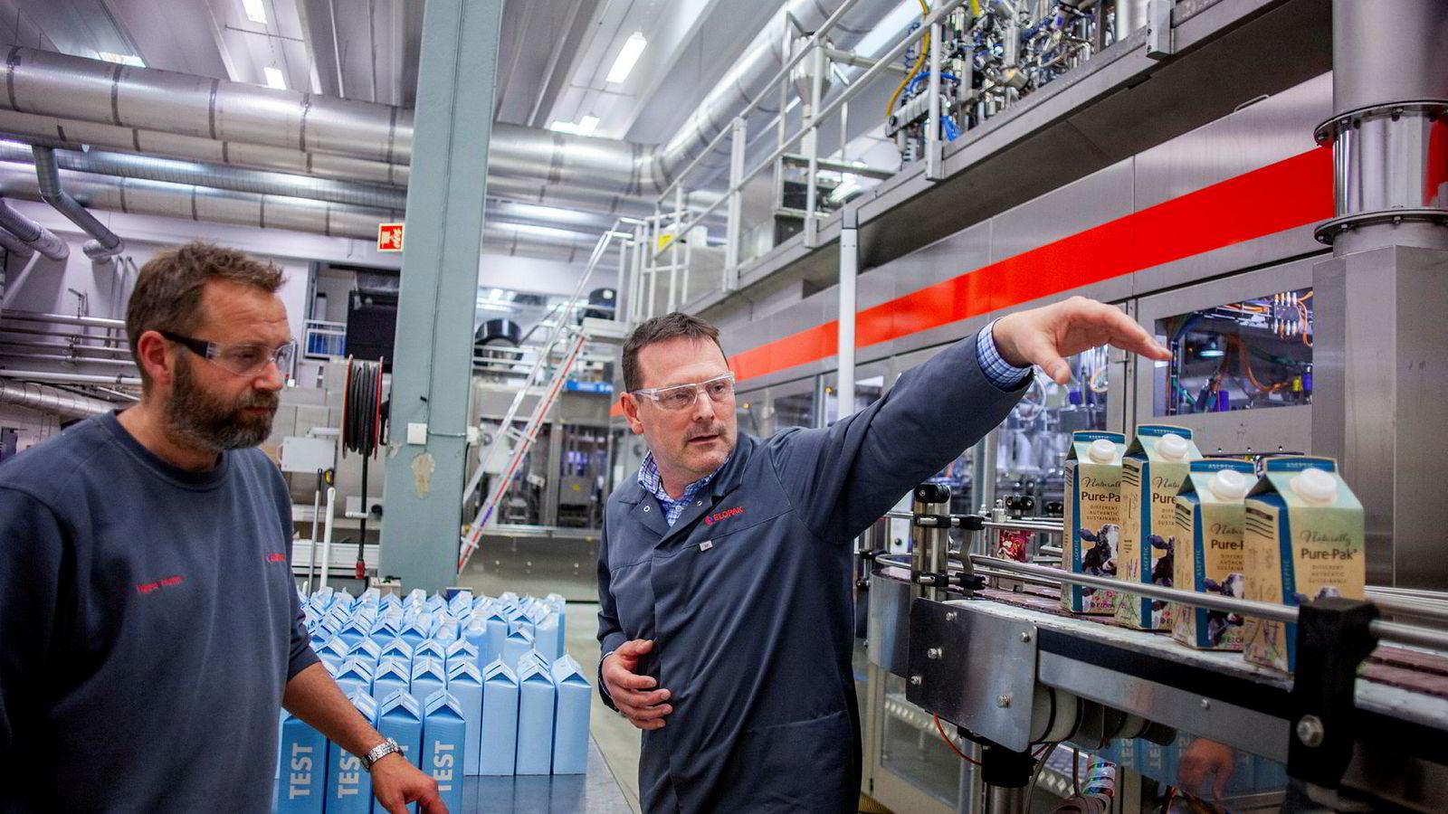 Emballasjefabrikken Elopak støtter seg til papirhandel med grønne kraftgarantier. Her jobber Vegard Holm og Marius Wiklund med nye typer papirbasert emballasje på utviklingssenteret på Spikkestad.