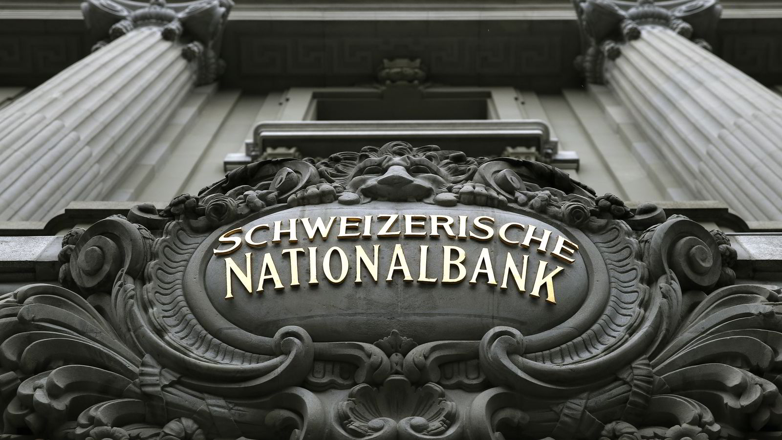 KUTT. Torsdag kuttet den sveitsiske sentralbanken renten til minus 0,75. Foto: Reuters/Denis Balibouse.