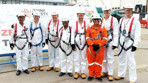 Kjell Inge Røkke (nummer fem fra venstre) var med da styret besøkte byggingen av Ivar Aasen-plattformen ved SMOE-verftet i Singapore. Her sammen med verftets konstruksjonsdirektør Seetharaman (fra venstre), oljeselskapssjef Karl-Johnny Hersvik, Singapore-byggeleder Snorre Fossum, prosjektdirektør Prathaban, HMS-leder Elias Bin Mohamed Hassan, Aker-sjef Øyvind Eriksen og oljeselskapets finansdirektør Alexander Krane.