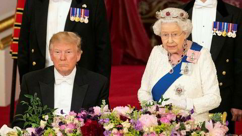 USAs president Donald Trump lytter til dronnings Elizabeths tale under gallamiddagen på Buckingham Palace i London mandag.