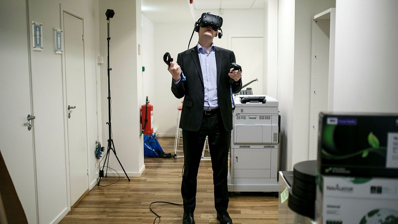 Administrerende direktør Haakon H. Jensen i Investinor får en guidet tur på en oljeplattform mens hans står i Dimension 10 sine lokaler i Øvre Slottsgate i Oslo sentrum.