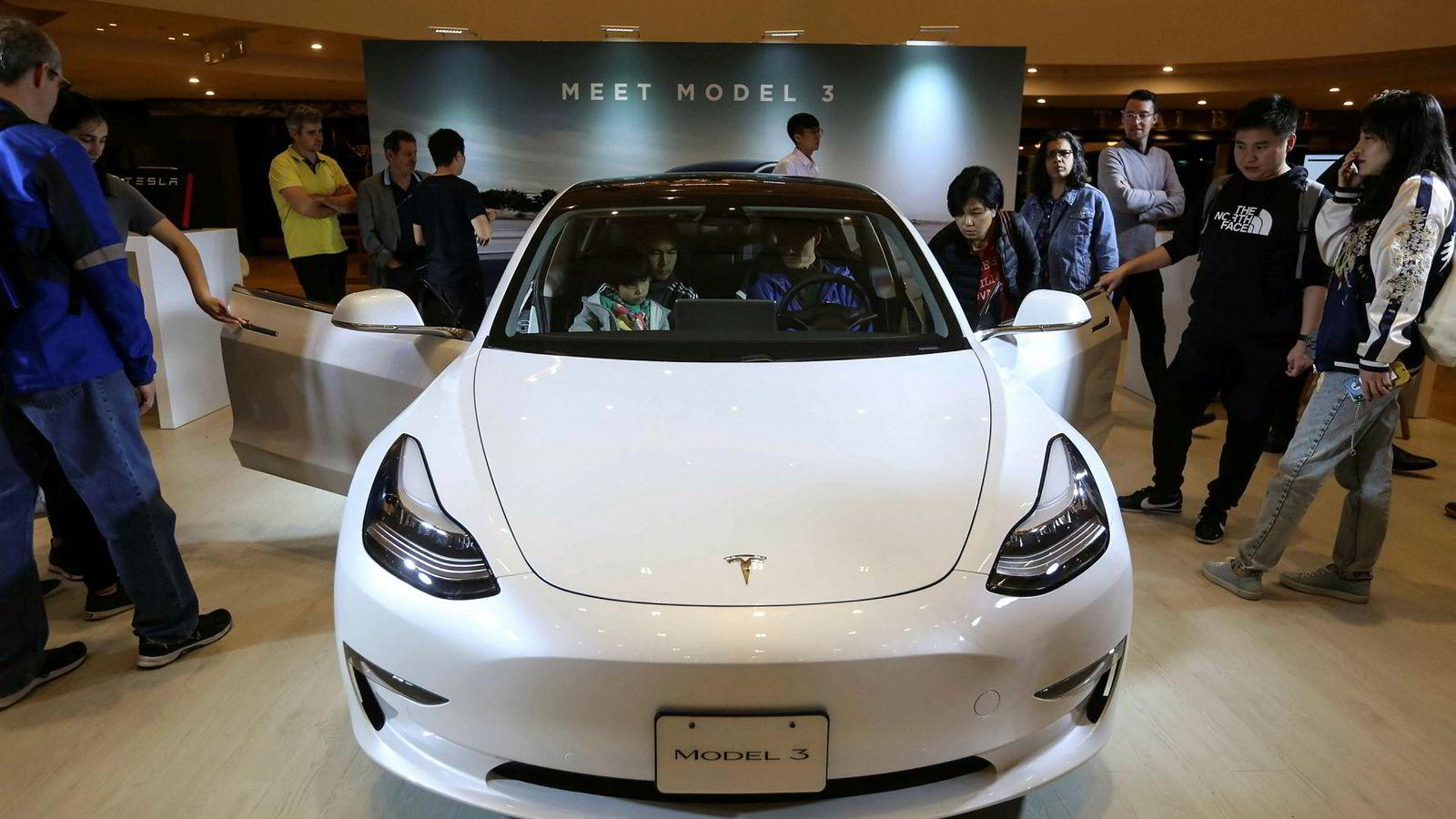 Tesla snur og øker heller prisen på biler som den nye Tesla Model 3, i stedet for å stenge butikker.