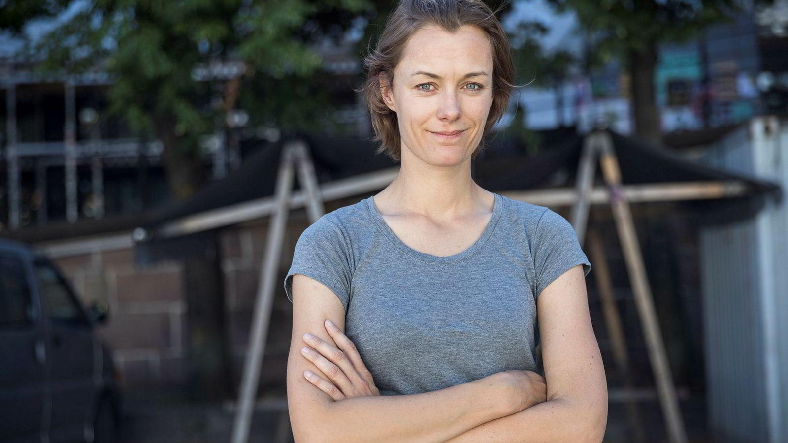 Arbeiderpartiet og Anette Trettebergstuen mener statsminister Erna Solberg med sine uttalelser har bidratt til å legge utilbørlig press på ytringsfriheten til et maktkritisk teaterstykke.