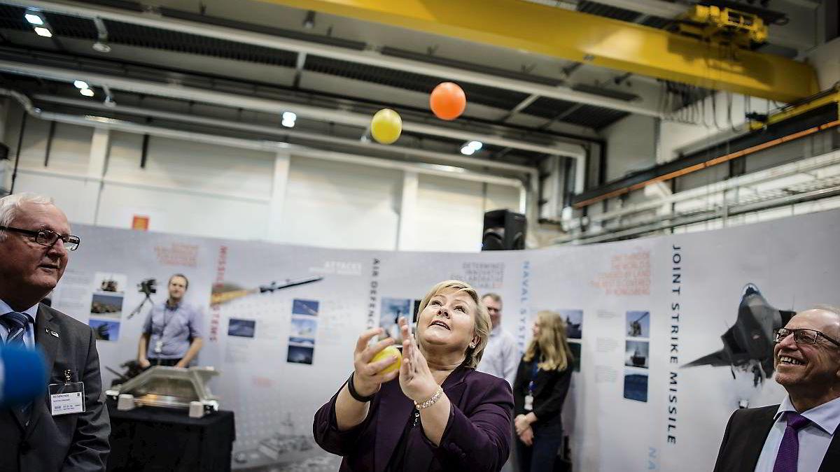 Erna Solberg fikk prøve seg på noen av oppgavene ingeniørene fra Kongsberggruppen bruker i motivasjonstimer med skoleelever. «Jeg pleier å klare tre», bedyret hun, men ballene gikk i bakken.