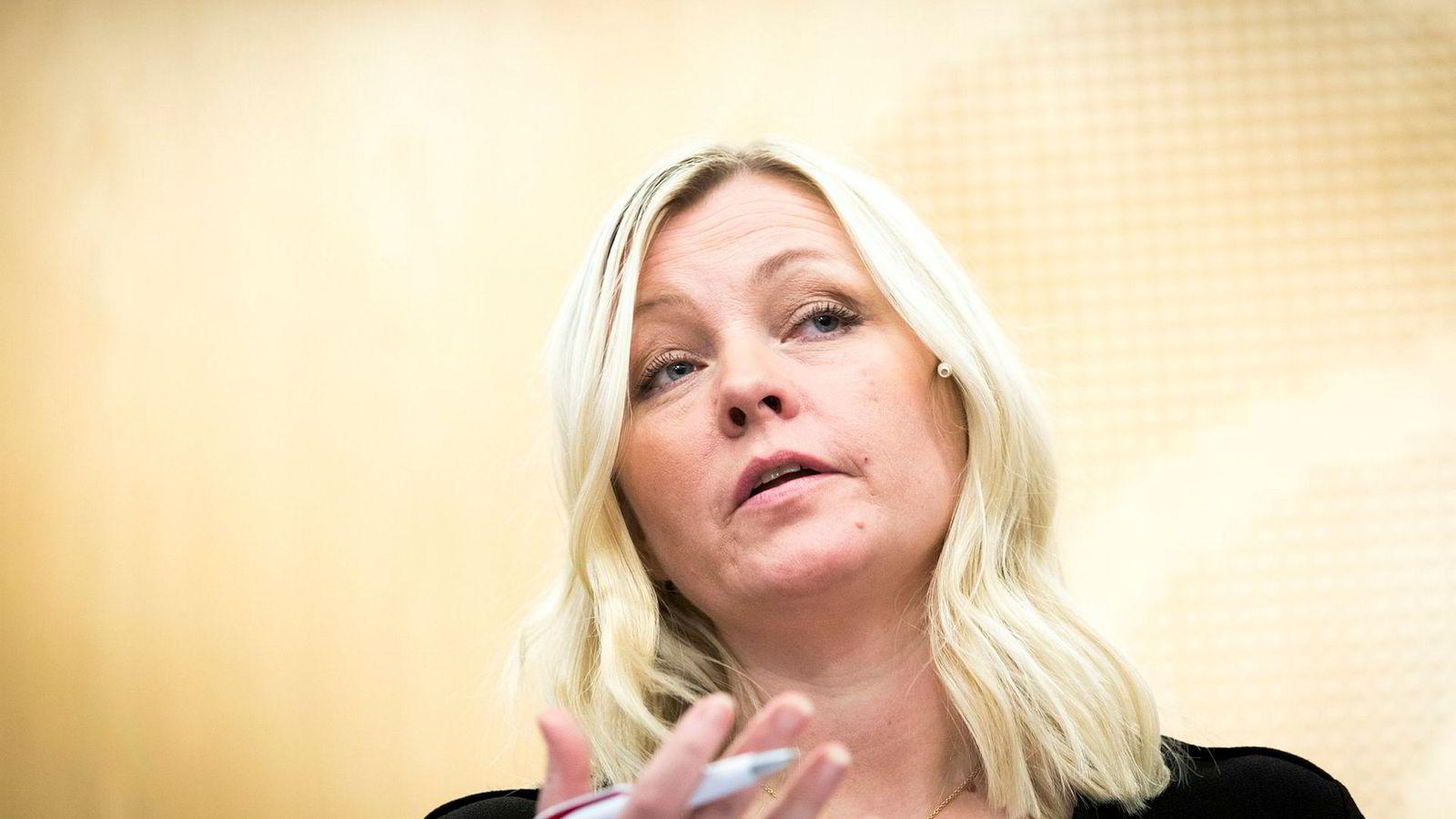 Aps partisekretær Kjersti Stenseng, her fra en pressekonferanse tidligere i år, mener Moderaterna må bryte egne valgløfter for å nå makten i Sverige.