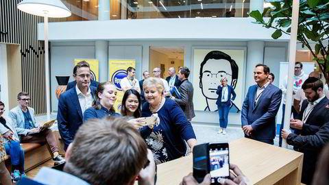 Tidligere i høst møtte statsminister Erna Solberg gründerne i Nordeas program for nye bedrifter innen finansteknologi. Her sammen med Bao Marianna Nguyen (27) og Thora Helene Støren (27) som utvikler spareappen Yeyney. I bakgrunnen administrerende direktør i Nordea, Snorre Storset. Foto: Fredrik Bjerknes