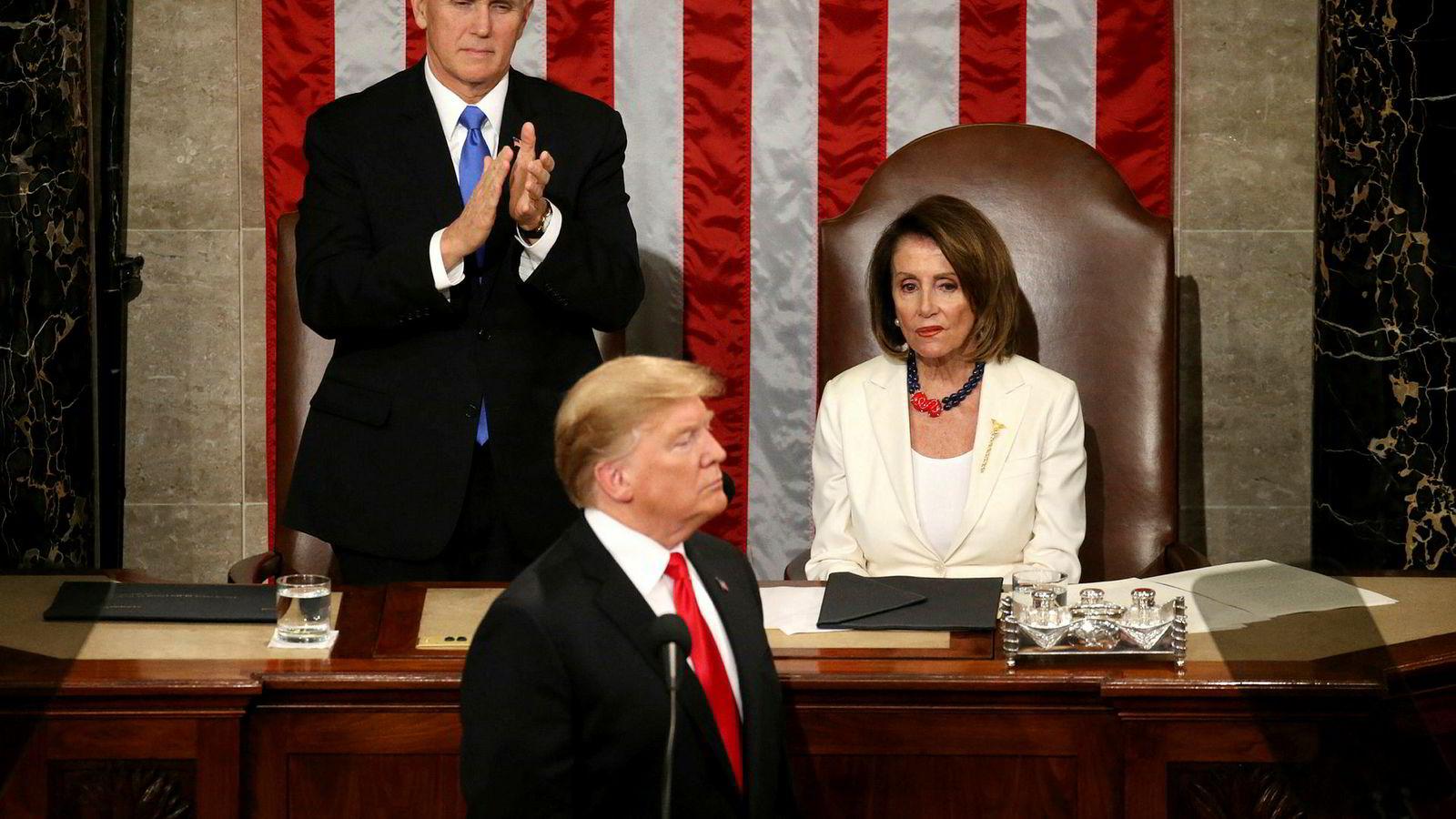 Høyresiden og venstresiden i politikken er ikke bare uenige om hva som bør være målene for samfunnet, men har også ulike oppfatninger av virkeligheten. Her Nancy Pelosi sammen med visepresident Mike Pence som klapper for den amerikanske president Donald Trump som talte på Capitol Hill i Washington.