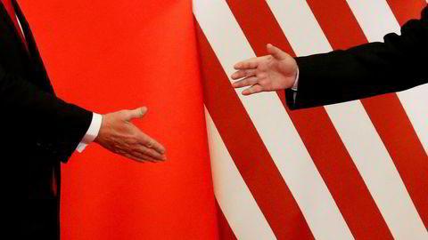 Washington har ikke vært redd for et Kina som kopierer, men er nærmest paniske overfor et Kina som ikke trenger å kopiere lenger, skriver artikkelforfatteren. Her USA sin president Donald Trump med presidenten i Kina, Xi Jinping, under et møte i november 2017. Foto: Damir Sagolj/Reuters/NTB scanpix