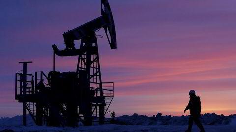 Mange av verdens oljeland sliter, og kredittvurderingsbyrået Moody's har nedgradert eller vurderer å nedgradere 16 av 17 oljeeksportører. Russland er ett av landene som sliter. Avbildet er en arbeider ved en oljepumpe ved et felt i den russiske regionen Bashkortostan.Foto: REUTERS/Sergei Karpukhin/NTB Scanpix