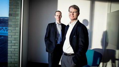 Aksjestrateg Paul Harper (bak til venstre) og analysesjef Morten Jensen i DNB Markets.