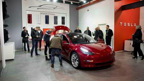 Tesla Model 3 på visning hos Tesla på Skøyen i Oslo. I februar starter leveringene.