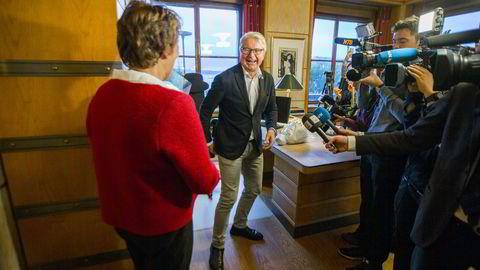 Oslo-ordfører Marianne Borgen (SV) og avtroppende ordfører Fabian Stang (H) under nøkkeloverrekkelsen på ordførerens kontor i Oslo rådhus torsdag formiddag. Foto: Vegard Wivestad Grøtt /