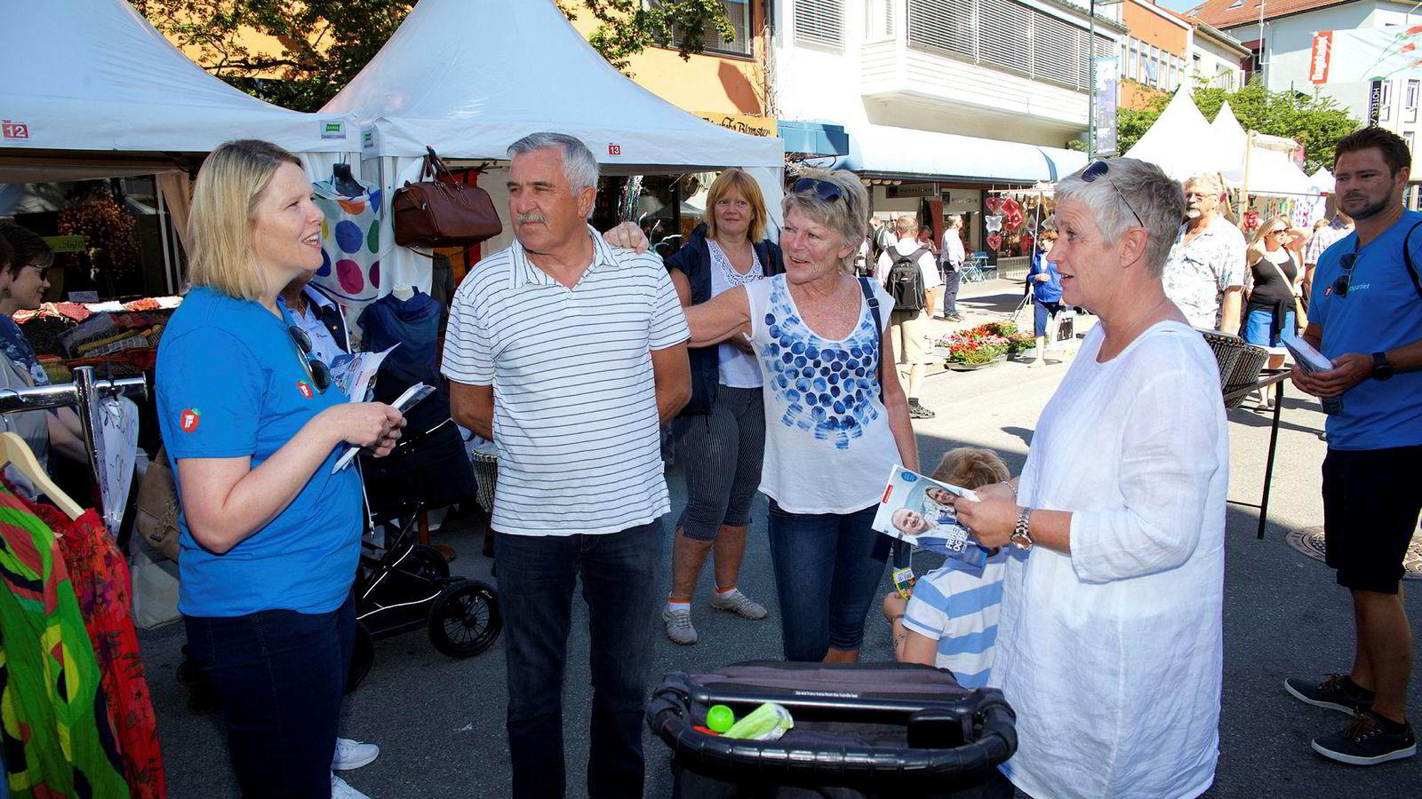 Innvandrings- og integreringsminister Sylvi Listhaug (Frp) (fra venstre) var denne uken i Molde for å drive valgkamp. Der traff hun blant annet Øyvind Nerland, Bente Nerland og Brit Lindahlen.