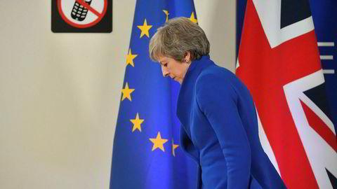Statsminister Theresa May på vei hjem til London fra Brussel søndag. Nå venter en durabelig kamp i parlamentet denne uken.