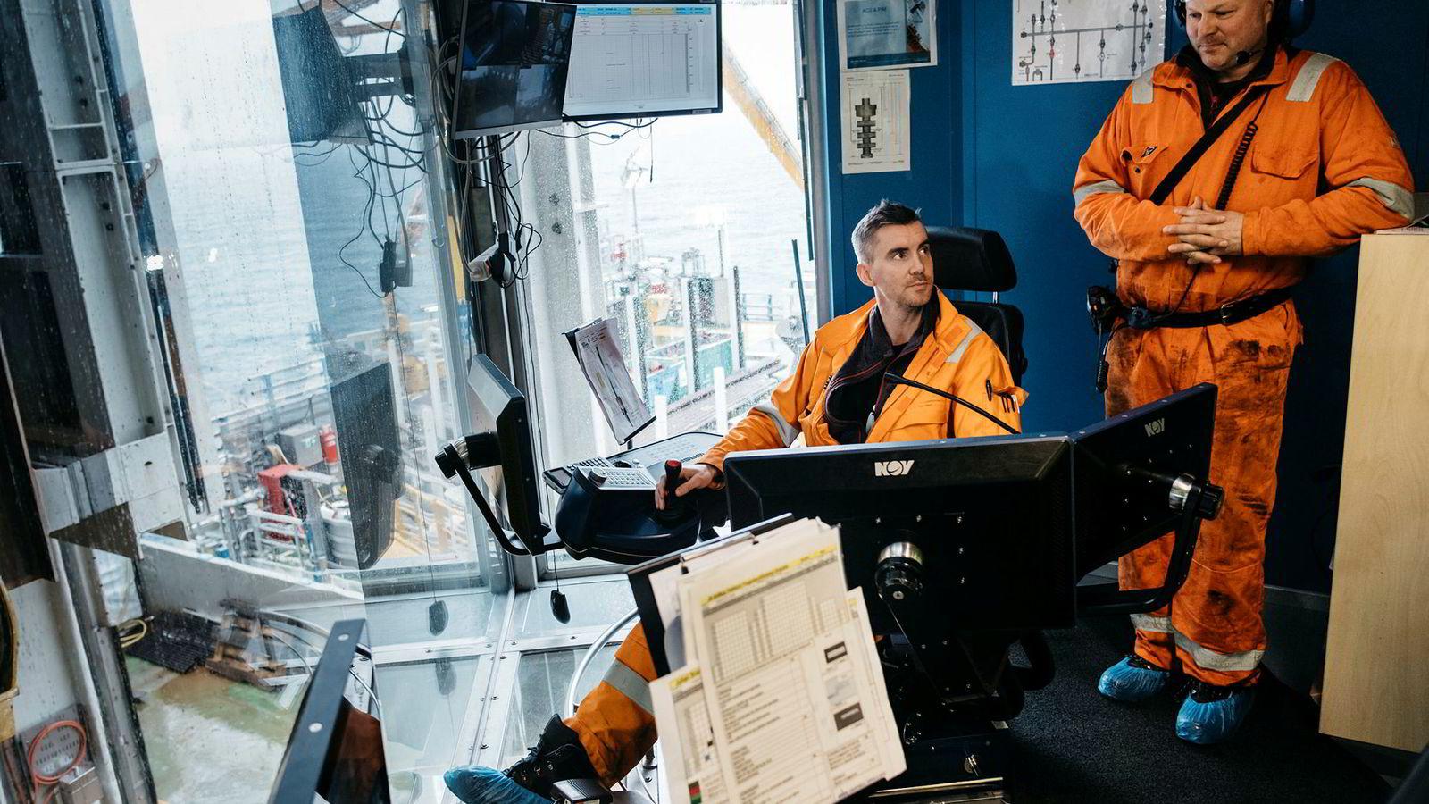 Ken Tore Bjalland, til venstre, og Kai Nytrøhaug i borekontrollrommet på Johan Sverdrup har jobbet med å gjøre produksjonsbrønnene klare i gigantfeltet.