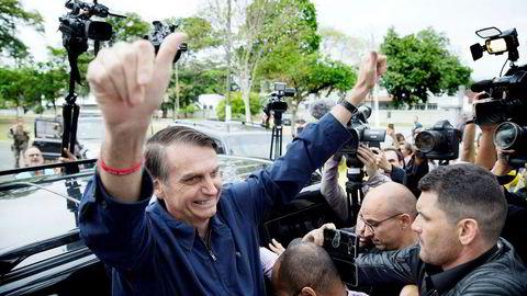 Jair Messias Bolsonaro ga to tomler opp etter å ha avgitt sin stemme i søndagens valg i Brasil. Han endte opp med 46 prosent av stemmene, 17 prosent foran motstanderen.