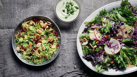Råkost. To gode salater å starte et nytt år med: rosenkålsalat med pannestekte mandler og granateple. Til høyre: Rødkålsalat med granateple og cashewdressing. Smak til med deilig, kremet cashewdressing