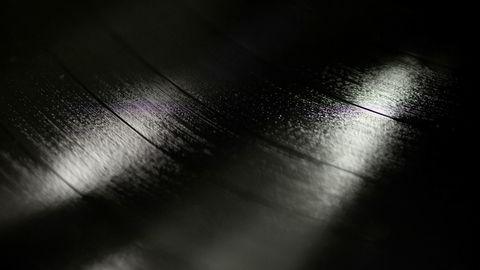 Vinylfabrikken. Salget av vinylplater øker hvert år, men lenge har norske band og artister måttet ty til tungrodde trykkeriet på kontinentet for å få realisert vinyldrømmen. Nå skal ildsjelene i Coastal Town Records besørge hjemlig plateproduksjon.