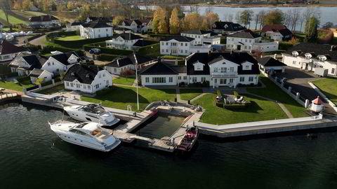 Etter et halvt år er eiendommen til 75 millioner kroner på Kalvetangen på Nøtterøy ennå ikke lagt ut for salg. Ekteparet Sundal venter på det rette budet.