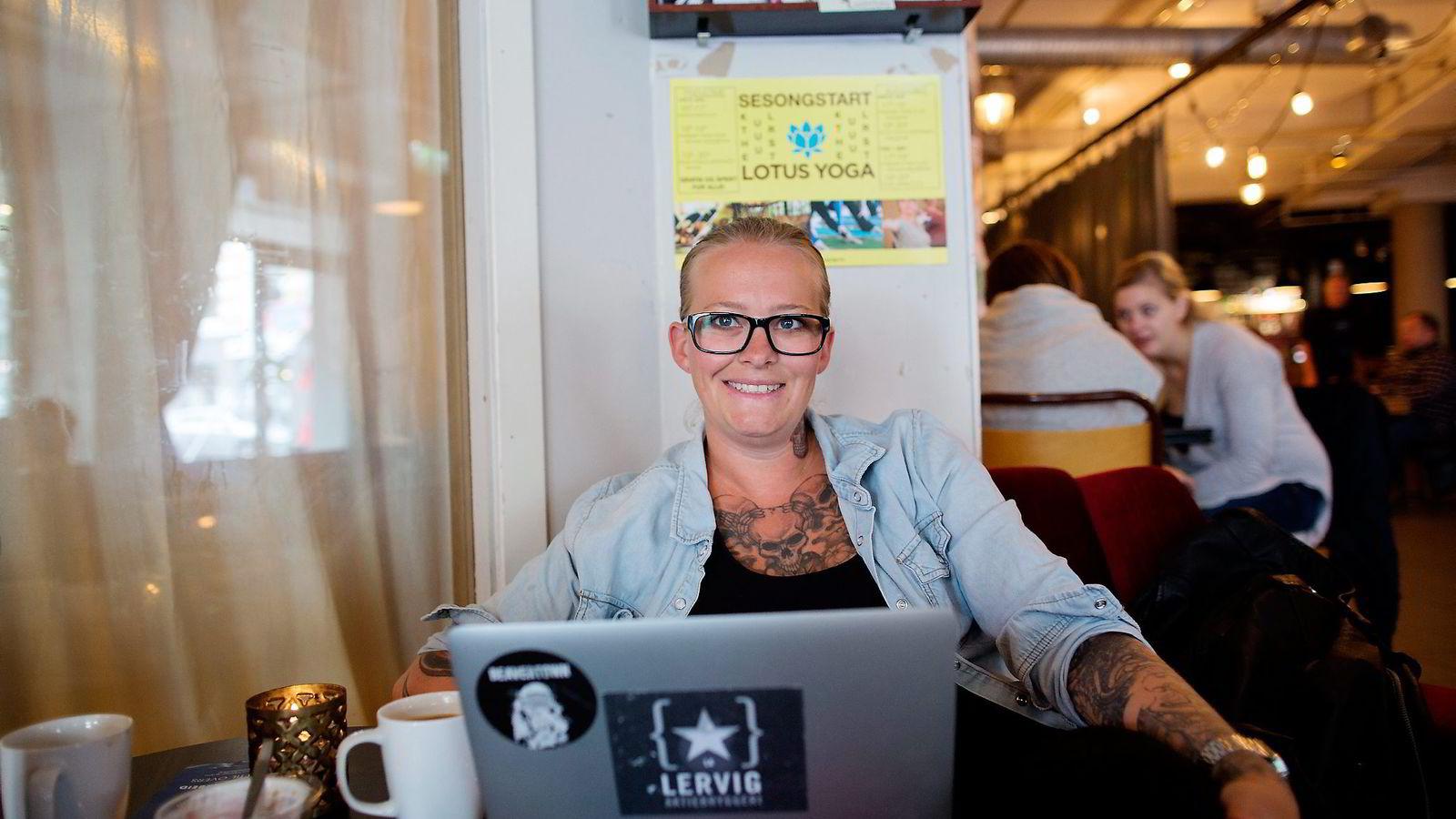 Linda Merete Skogholt foretrekker å sitte med laptopen på fanget på kafeen Kulturhuset fremfor å sitte alene på hjemmekontor. Hun har en arbeidsgiver som lar henne jobbe fritt og som sparer kontorleie. Foto:
